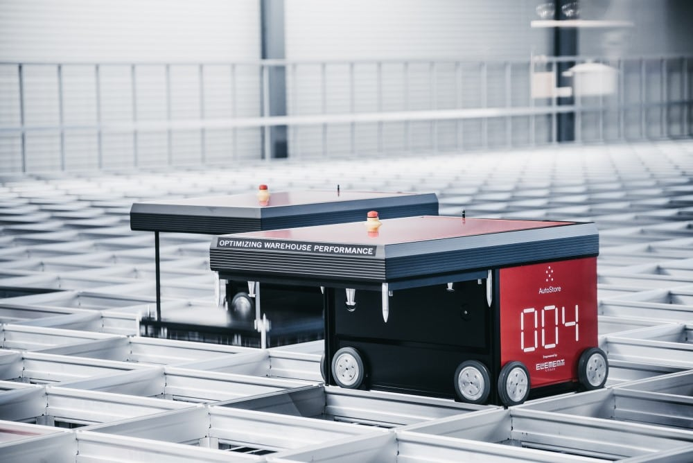 Le robot AutoStore Red Line R5 travaillant dans un entrepôt