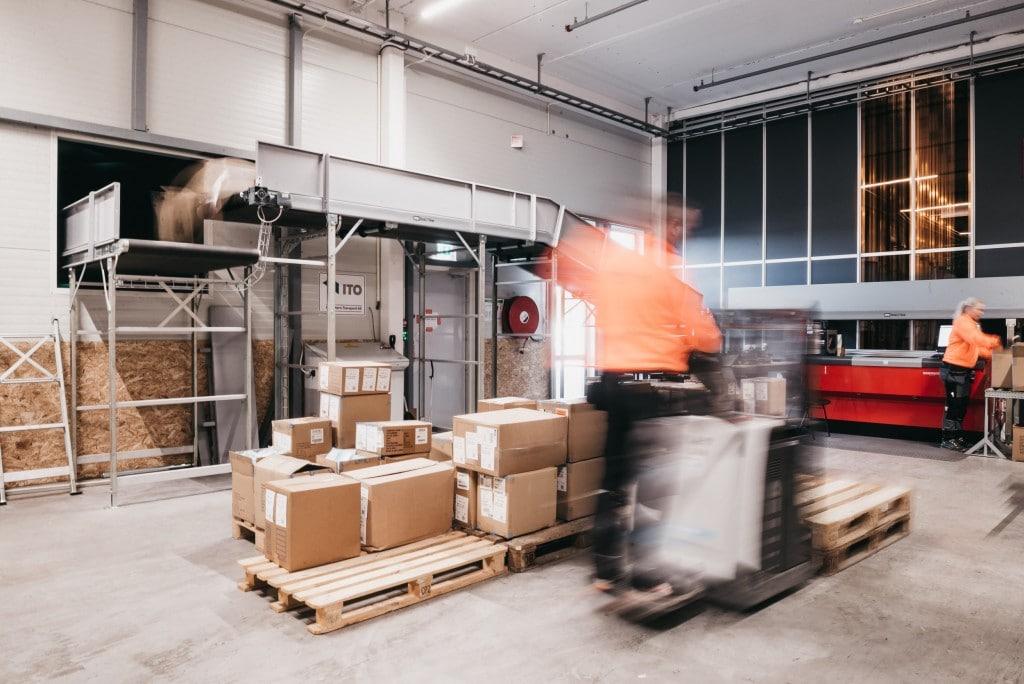 UNE GESTION RESPONSABLE DES DÉCHETS : Element Logic a adapté le système de traitement des déchets pour qu'ils aillent directement du poste de travail à la benne à ordures située à l'extérieur du bâtiment.