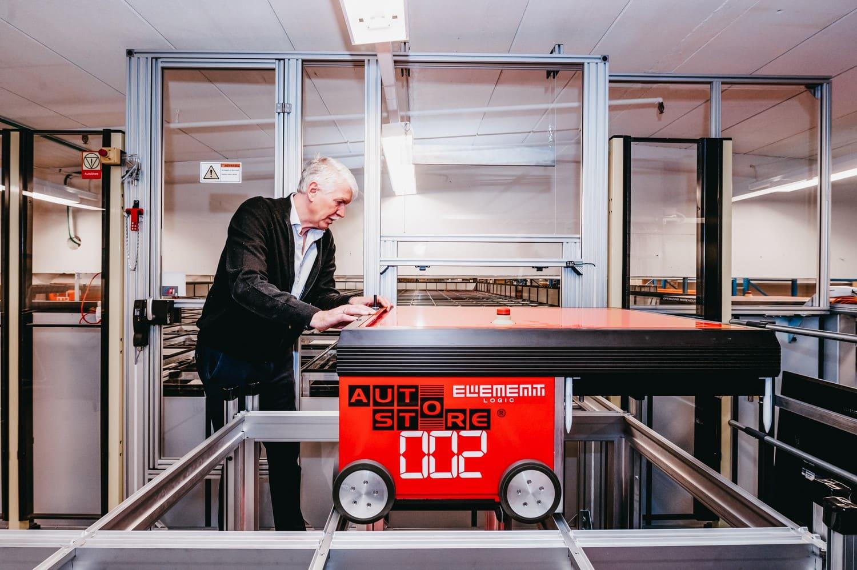 L'équipe d'assemblage d'Element Logic a adapté la dernière version de la mezzanine sur la grille AutoStore